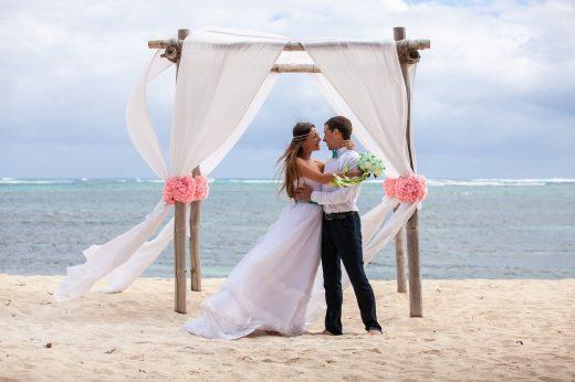 coppia matrimonio in spiaggia